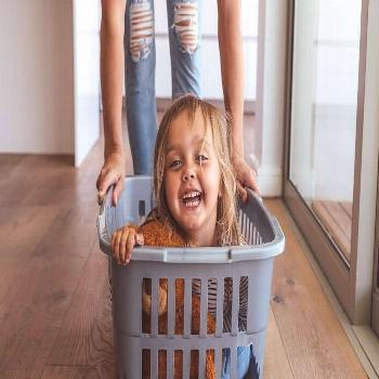 Brain researcher: This is the secret of a happy childhood -  Little girl and her mother having fun